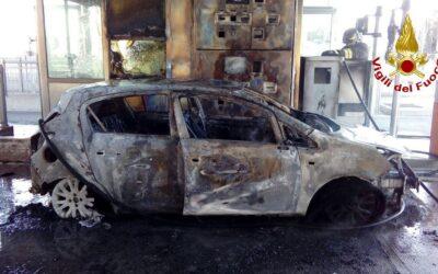 Auto in fiamme al casello di Breganze: salve le occupanti