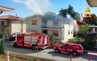 Incendio in cucina: due donne in ospedale per il fumo [VIDEO]