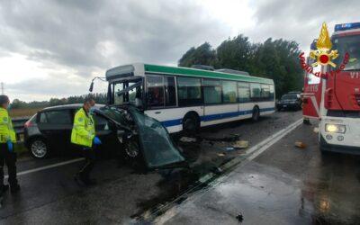 Auto contro bus a Mira: donna morta e 4 feriti