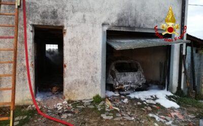 Incendio all'alba a Nanto: a fuoco due trattori e un'auto