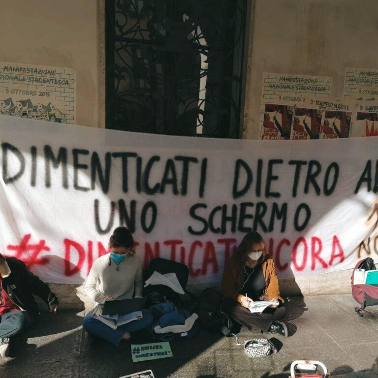 Scuola e Covid-19 – Flashmob degli studenti a Padova davanti al Tito Livio