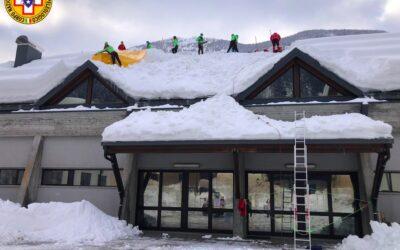 Soccorso Alpino impegnato in Comelico per pulizia dei tetti dalla neve