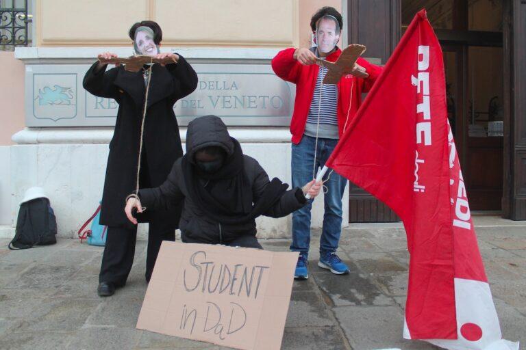 Flashmob degli studenti in Regione Veneto: piano di istruzione? Il vostro è distruzione!