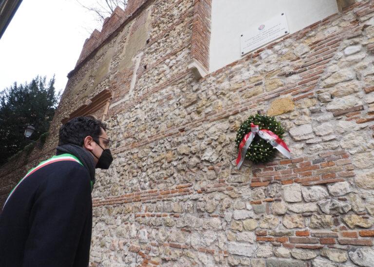 Giorno della Memoria – Il Sindaco Rucco depone una corona d'alloro vicino alla lapide all'ingresso del Teatro Olimpico