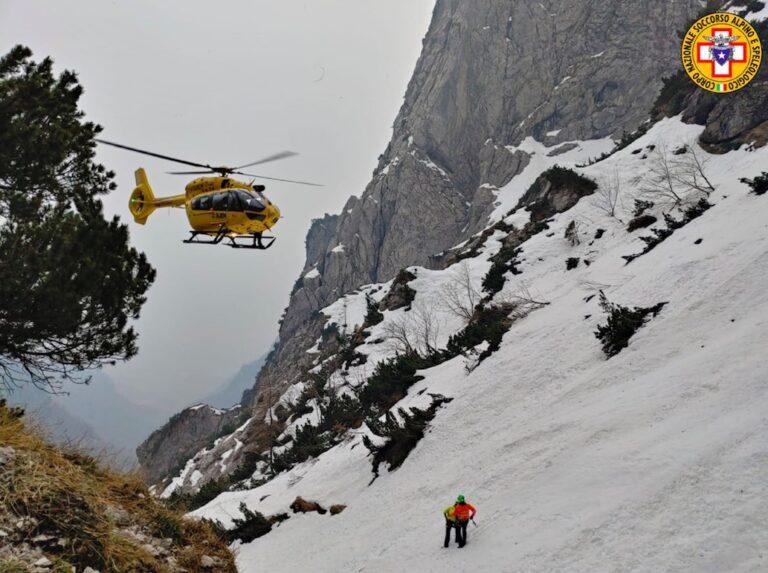 Un 55enne vola per 200 metri nel burrone e muore