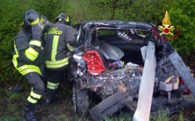 Sbanda con l'auto e il guardrail entra nell'abitacolo: donna di 25 anni ferita