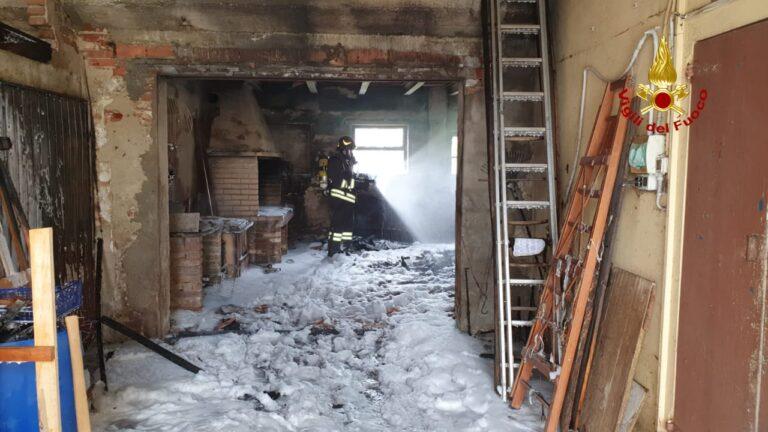 A Quinto Vicentino va a fuoco un annesso rustico: salve le abitazioni