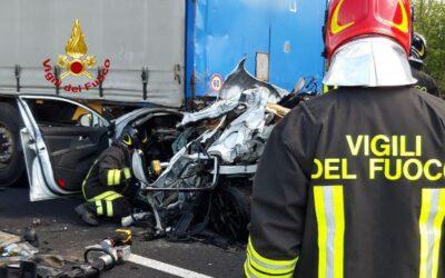 Auto schiacciata in A4 tra due TIR: morto automobilista