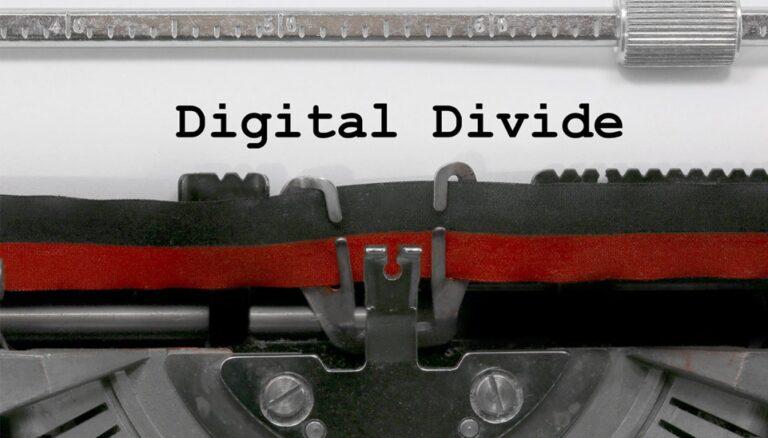 """Federconsumatori contro il """"digital divide"""": per prenotare il vaccino un pc e un operatore a disposizione di coloro che non sono connessi"""