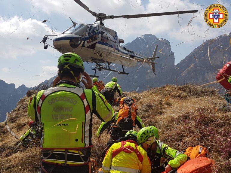 Soccorso Alpino con  elicottero della protezione civile: addestramento sulle montagne bellunesi