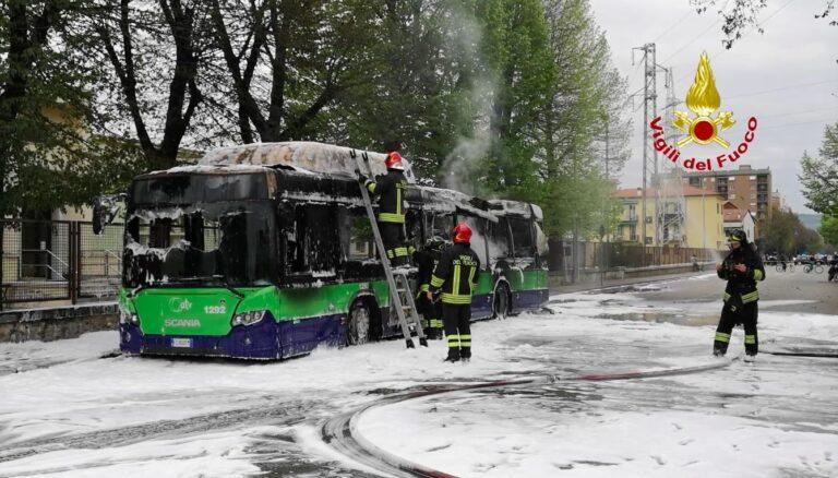 Bus del trasporto urbano di Verona va in fiamme a Montorio [VIDEO]